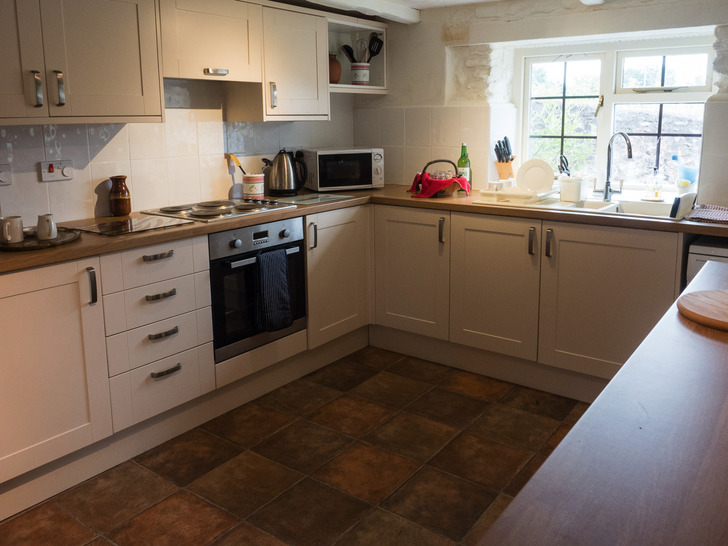 Dairy cottage kitchen. Self catering cottage for large group holidays in Devon