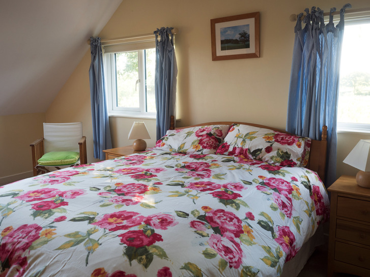 Large ensuite bedroom in Higher Westcott. Self catering cottage for large group holidays in Devon